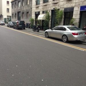 Auto parcheggiate su pista ciclabile a Milano