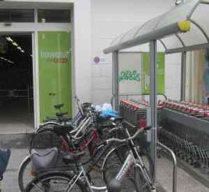 Sei bici fuori, sei clienti dentro. Foto scattata mercoledì 25 giugno 2014