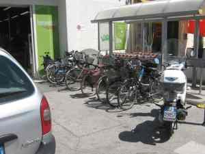 Un'auto, 6 biciclette, 1 scooter. Vale di più il cliente in auto o 6 clienti in bici?