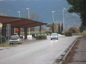 Fermata-taxi-autobus-senza-passaggio-pedonale-pista-ciclabile-pronto-soccorso-ospedale versilia