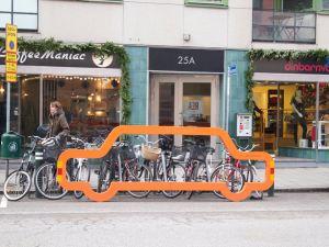 Un parcheggio per biciclette in una città svedese.