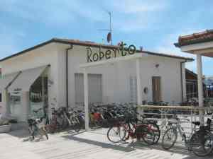 64 biciclette al Bagno Roberto, qualcuna fuori, qualcuna dietro l'edificio