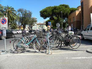 Le vecchie rastrelliere per i pendolari, davanti alla Stazione di Viareggio
