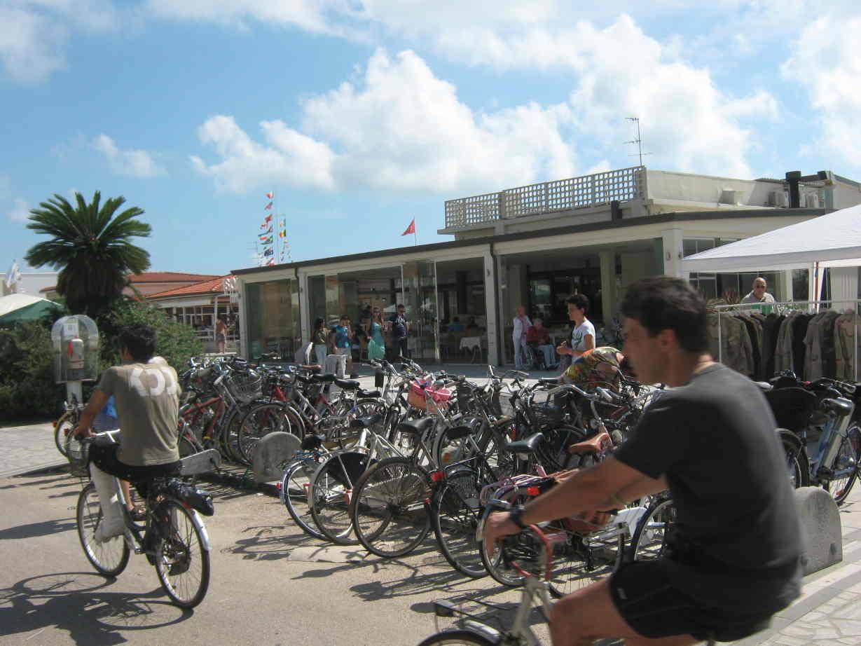 Bici parcheggiate nei bagni di lido di camaiore in una domenica di luglio benzina zero - Bagno brunella lido di camaiore ...