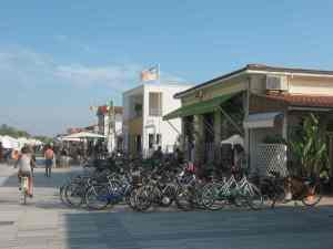 Bici in passeggiata Bagno Amore Isonzo Beach bar Lido di Camaiore2014-08-09