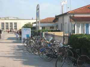Parcheggio bici bagno Principe Azzurro  Viareggio Città Giardino 2014-08-09