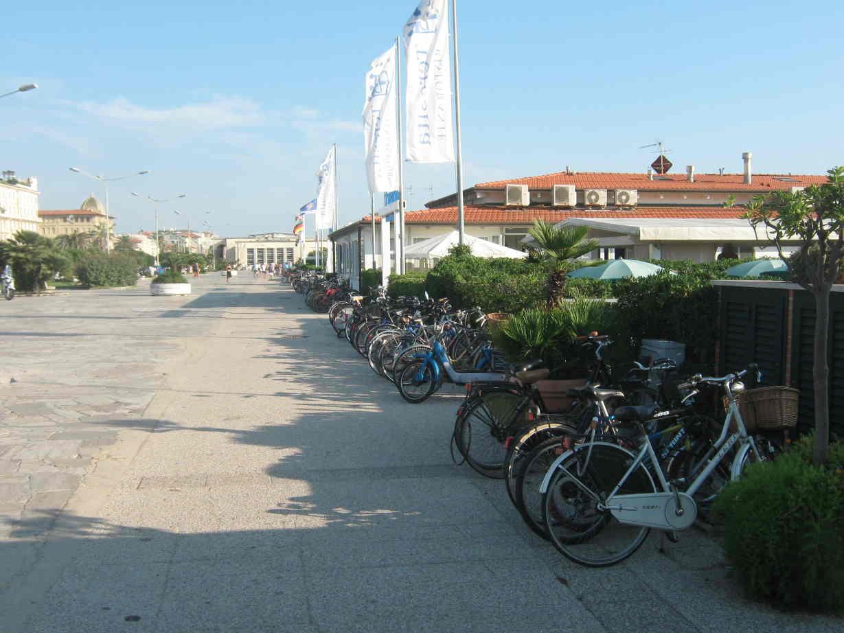 Versilia. la bici è la migliore amica di balneari e commercianti