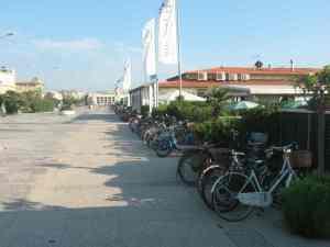 Parcheggio bici bagno Teresita Viareggio Città Giardino 2014-08-09