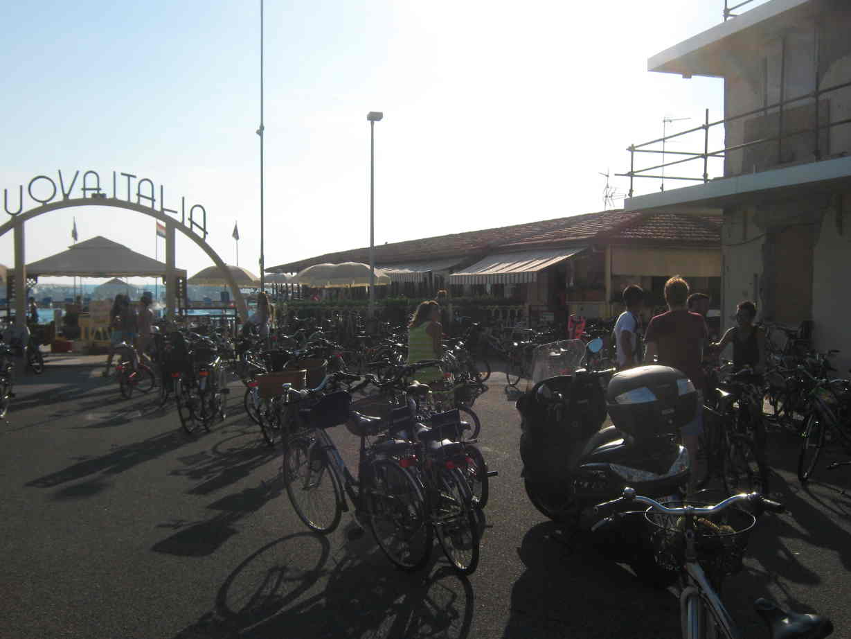 Versilia la bici la migliore amica di balneari e - Bagno milano viareggio ...