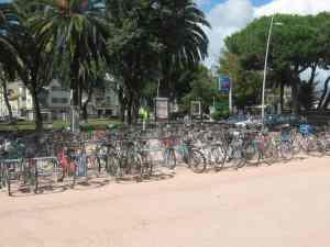Parcheggio bici Stazione Viareggio piazzale Dante agosto 2014
