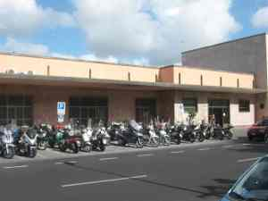 Parcheggio motorini davanti stazione Viareggio