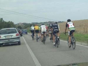 Vivere Pesaro Auto sorpassano ciclisti
