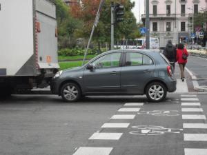 Auto su pista ciclabile piazza Risorgimento Milano