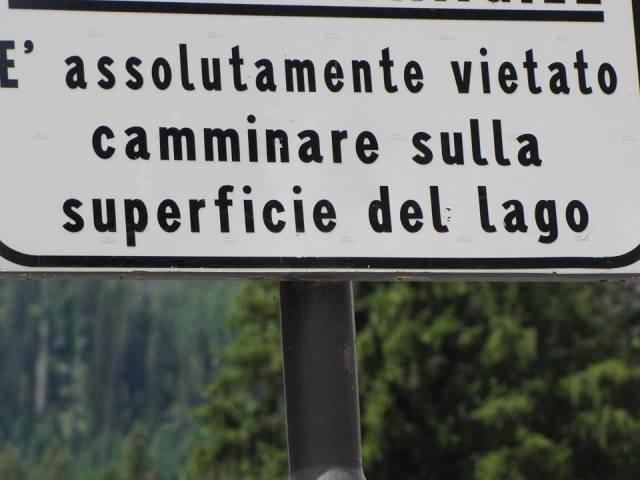 È assolutamente vietato camminare sulla superficie del lago