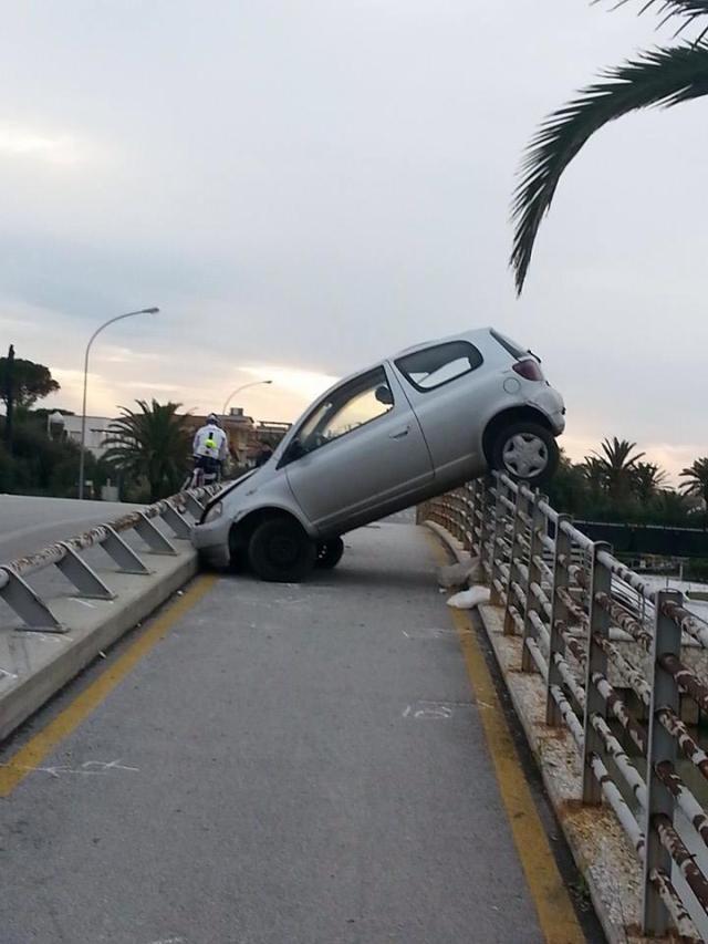 auto sulla pista ciclabile ponte fiumetto marina di Pietrasanta