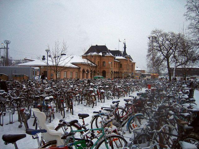 Il parcheggio delle biciclette della stazione centrale di Uppsala, in Svezia