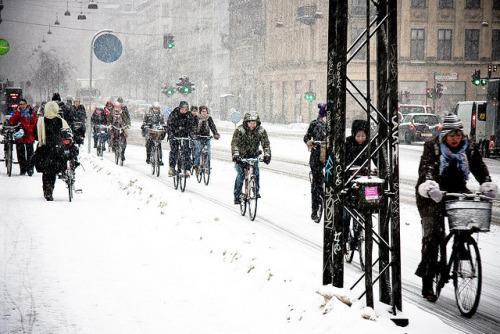 pista ciclabile sotto la neve danimarca ciclisti urbani