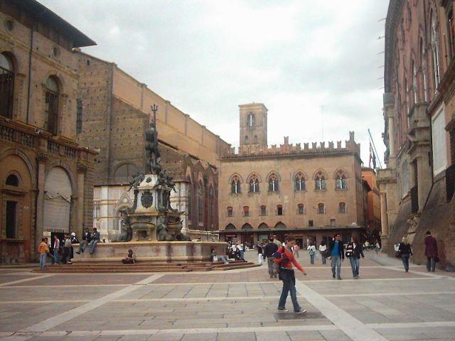 800px-Bologna_Piazza_Maggiore_3