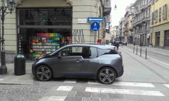 Bmw i3 in sosta vietata Torino malasosta