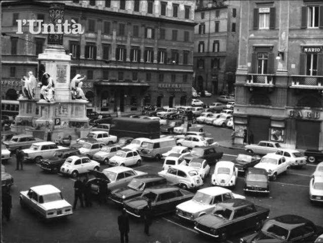 Piazza Mignanelli Roma con auto parcheggiate