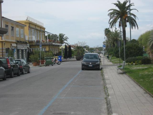 2015-04-23 15.03.29 parcheggio lungomare Forte dei Marmi Versilia