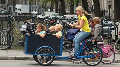 Cargo-bike a tre ruote attrezzata per trasportare bambini