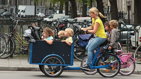 Amstrerdam Kids-to-school cargo bike mom