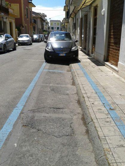 parcheggio su marciapiede via san Tommaso d Aquino Viareggio