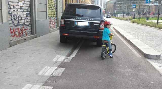 Range rover su pista ciclabile Milano