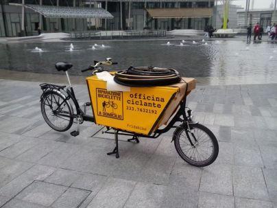 Ciclofficina su ruote. Analoghe bici vengono usate per consegne urbane.