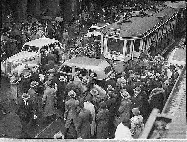 Negli anni '30 non tutte le auto avevano i segnali di stop o le frecce.