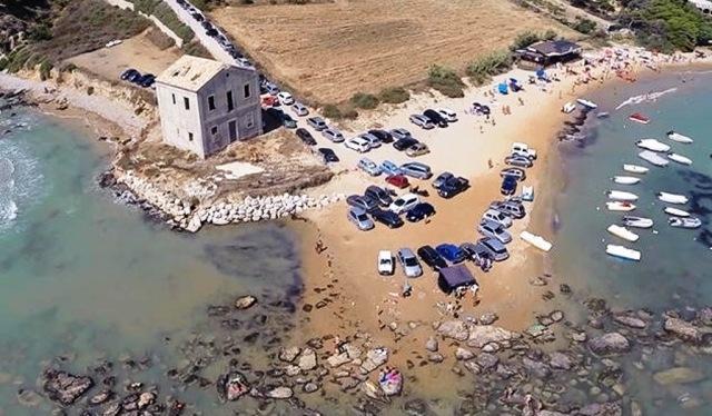 La-spiaggia-Pergole-presa-d'assalto-dalle-auto
