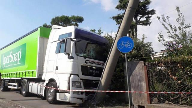 Pietrasanta viale Apua pista ciclabile 2 agosto 2016 tir camion