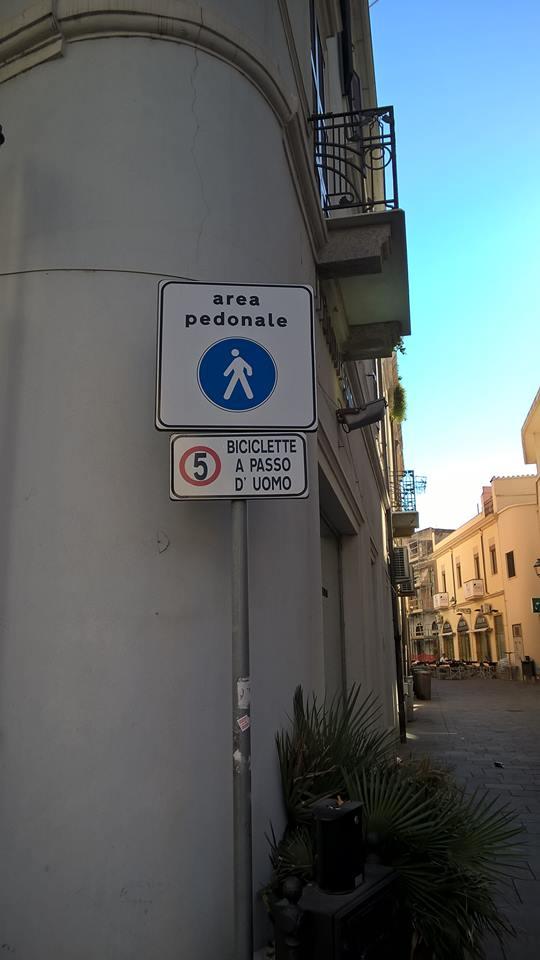 Area pedonale biciclette a passo d'uomo