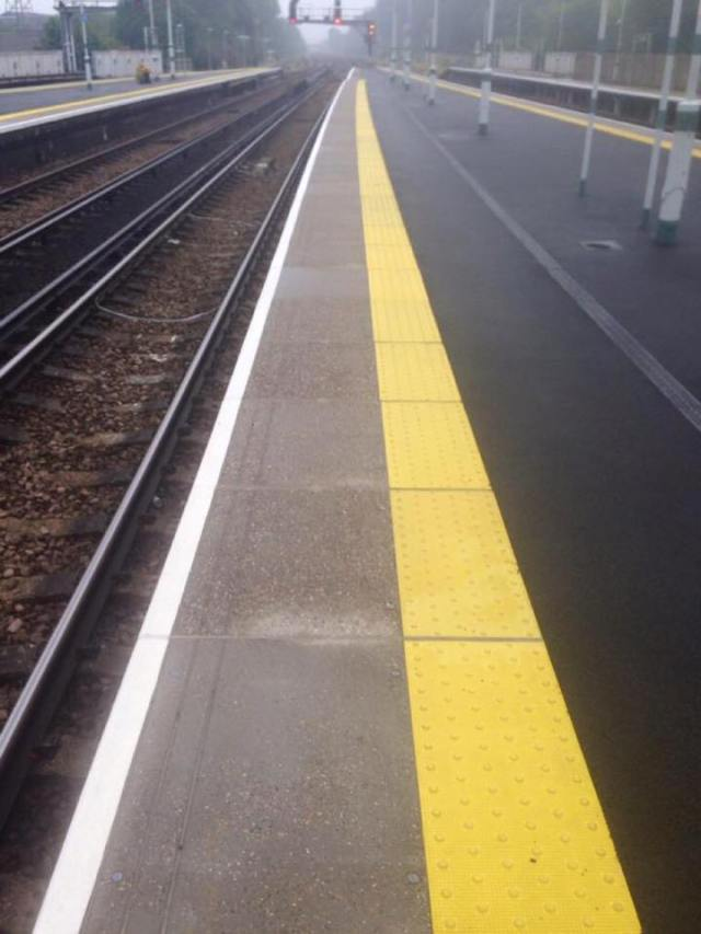 Riga gialla treno