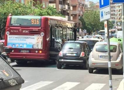 Apertura portiera Roma maggio 2016 corriera incidente