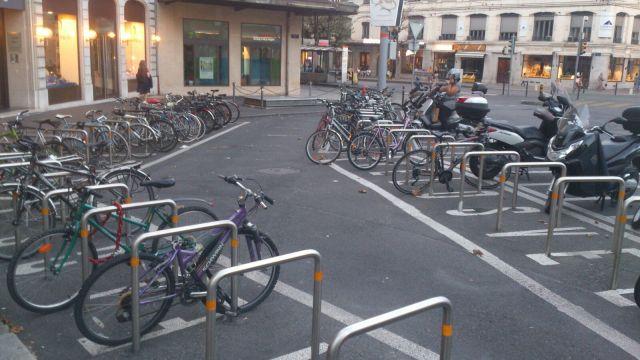 parcheggio biciclette ginevra svizzera rastrelliera ad archetti