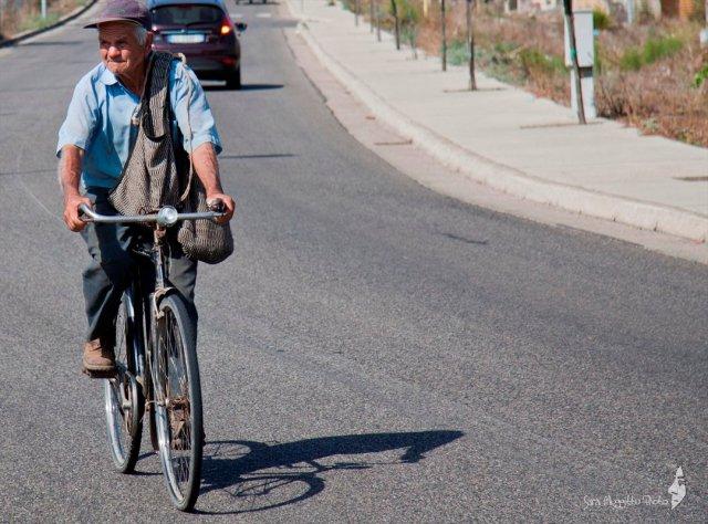 anziano-in-bici