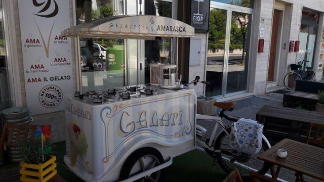 cargo bike elettrica pedalata assistita Gelateria Amarasca Lido di Camaiore