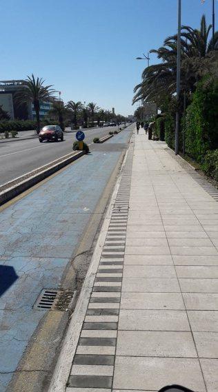 Lido di Camaiore viale Bernardini - Pista larga e confortevole, a parte i numerosi tombini, oltre all'assenza di manutenzione da molti anni. Colore azzurro.