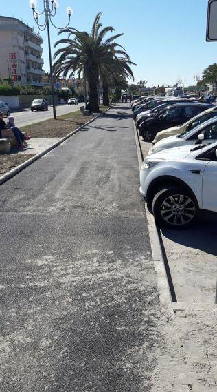 Marina di Pietrasanta, tratto ciclopedonale in asfalto. Nei tratti in cui il parcheggio auto è in linea esiste il pericolo della portiera aperta all'improvviso.