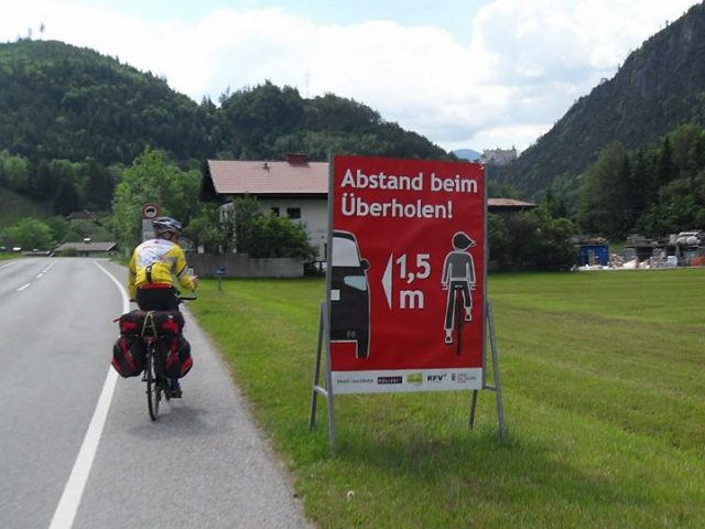 abstand beim uberholen Austria metro e mezzo ciclisti