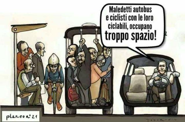 autobus ciclisti spazio urbano automobile.jpg