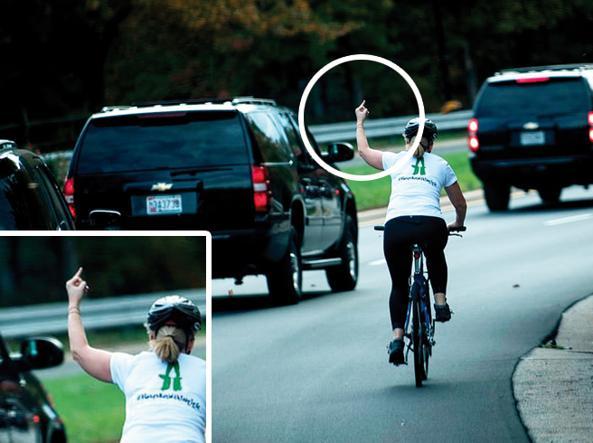 ciclista mostra dito a trump corteo macchine golf