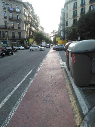 Tratto rosso di pista ciclabile che indica l'intersezione con la strada carrozzabile.