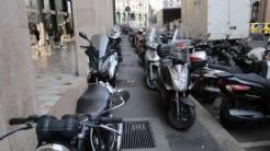 scooter motocicli sul marciapiede milano 5