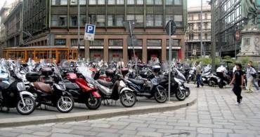 scooter sul marciapiede Milano 1