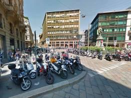 Scooter sul marciapiede Milano 2