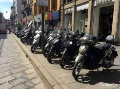 scooter sul marciapiede milano 3