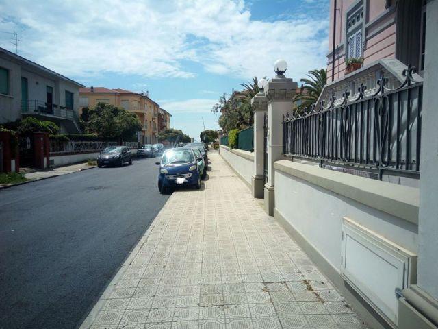 camaiore via papini auto sul marciapiede hotel Europa